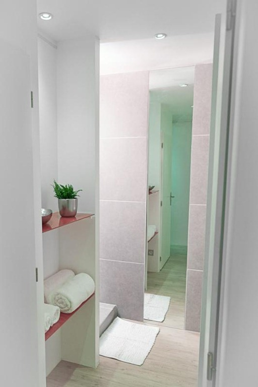 Small 30 m2 studio apartment design in france - Charming white studio apartment for cool bachelor living area ...